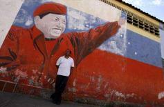 <p>O presidente venezuelano, Hugo Chávez, afirmou nesta quarta-feira que não manterá 'nenhum tipo' de relação com o governo da Colômbia enquanto Alvaro Uribe estiver à frente do Poder Executivo daquele país. Foto de pintura de Chávez em Caracas, 28 de novembro. Photo by Reuters (Handout)</p>