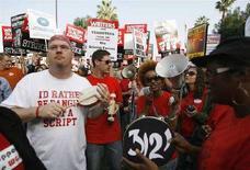<p>Una protesta degli sceneggiatori della Writers Guild of America. REUTERS/Mario Anzuoni</p>