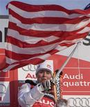<p>Lindsey Vonn of the U.S. waves her national flag after she won the women's World Cup Downhill Skiing in Lake Louise, Alberta December 1, 2007. REUTERS/Andy Clark</p>