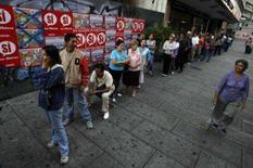 <p>Os venezuelanos madrugaram no domingo para votar no referendo sobre uma reforma constitucional proposta pelo presidente do país, Hugo Chávez. Se aprovada, a reforma dará a Chávez carta branca para ser reeleito indefinidam. Photo by Jorge Silva</p>