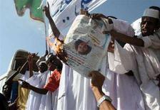 <p>Manifestanti sudanesi bruciano una foto dell'insegnante britannica Gillian Gibbons, a Khartoum. REUTERS/Mohamed Nureldin Abdalla</p>