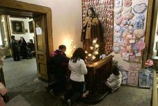 <p>Fedeli pregano presso la casa-santuario di Santa Maria Francesca delle Cinque Piaghe, nei Quartieri Spagnoli di Napoli. To match feature ITALY-RELIGION/CHAIR REUTERS/Max Rossi (ITALY)</p>