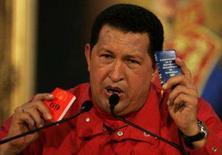 <p>O presidente venezuelano Hugo Chávez segura uma cópia da constituição do país (dir) e sua propostas de mudanças durante conferência no palácio de Miraflores, em Caracas. Chávez admitiu ter perdido uma batalha, mas não a guerra. Photo by Francesco Spotorno</p>
