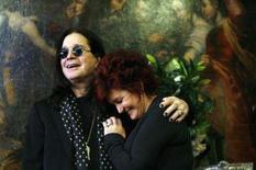 <p>Venda beneficente de garagem de Ozzy Osbourne rende US$800 mil. Sharon Osbourne e seu marido Ozzy, ex-vocalista do Black Sabbath, levantaram mais de 800 mil dólares para fins beneficentes com sua venda de garagem realizada em Beverly Hills, disse Darren Julien. Foto do Arquivo. Photo by Mario Anzuoni</p>