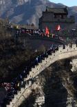 <p>Uma caravana de aproximadamente duas mil pessoas durante a 'Grande Caminha' ao longo da Muralha da China. A população da China subirá para 1,5 bilhão de pessoas até 2033, com as taxas de natalidade crescendo pelos próximos cinco anos, informou a mídia local nesta terça-feira. Photo by David Gray</p>