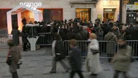 <p>Lancement de l'Iphone par Orange dans une boutique des Champs-Elysées. L'opérateur télécoms annonce avoir vendu en cinq jours près de 30.000 iPhone d'Apple pour lequel il a obtenu la commercialisation exclusive en France. /Photo prise le 28 novembre 2007/REUTERS/Benoît Tessier</p>