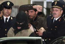 """<p>""""Босса боссов"""" сицилийской мафии Сальваторе Ло Пикколо (в центре) ведут к машине после его задержания в Палермо 5 ноября 2007 года. Один из боссов итальянской мафии Даниэле Эмануэлло, застреленный во время ареста, проглотил перед смертью бумаги, на которых были записаны все важнейшие для него телефоны и имена. (REUTERS/Giuseppe Piazza)</p>"""