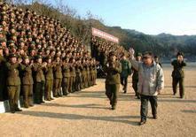 """<p>Лидер КНДР Ким Чен Ир привествует военнослужащих армии своей страны 2 декабря 2007 года. Японский парламент призвал США не исключать Северную Корею из """"черного списка"""" стран, поддерживающих терроризм, в качестве вознаграждения Пхеньяну за приостановку ядерной программы. (REUTERS/Korea News Service)</p>"""
