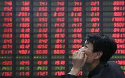 <p>Homem observa painel eletrônico na bolsa de Tianjin, China. As ações européias fecharam em alta nesta quarta-feira, quebrando uma sequência de duas sessões de baixa, com destaque para o setor bancário e papéis ligados a commodities. Photo by Vincent Du</p>