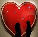 <p>O artista britânico Damien Hirst convidou alguns dos maiores artistas contemporâneos do mundo a doar trabalhos para um leilão a ser realizado em 14 de fevereiro, no qual estima levantar mais de 40 milhões de dólares para obras beneficentes. Foto em Londres, 5 de dezembro. Photo by Alessia Pierdomenico</p>