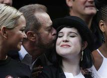 "<p>The producer of ""Chicago"", Barry Weissler, kisses Kelly Osbourne during a photocall outside the Cambridge Theatre to celebrate ten years of the show in London December 5, 2007. REUTERS/Stephen Hird</p>"