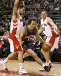 <p>Phoenix Suns guard Steve Nash drives to the basket between Toronto Raptors guard Jose Calderon (L) and Anthony Parker (R) during the first half of their NBA basketball game in Toronto, December 5, 2007. REUTERS/Mike Cassese</p>