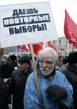 """<p>Сторонник КПРФ с плакатом """"Даешь повторные выборы!"""" в Москве 3 декабря 2007 года. (REUTERS/Alexander Natruskin)</p>"""