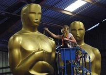 <p>Dena D'Angelo works on an Oscar statue which is being prepared for the 80th Academy Awards at a storage facility in Saugus, California October 10, 2007. REUTERS/Phil McCarten</p>