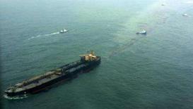 <p>O navio petroleiro Hebei Spirit derrama óleo no mar após acidente em Taean, 170 quilômetros ao sudoeste de Seul. Milhares de toneladas de petróleo vazaram na sexta-feira de um gigantesco navio-tanque que colidiu com uma barca em um dos trechos mais belos do litoral sul-coreano, disse o Ministério Marítimo do país. Photo by Yonhap</p>