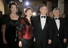 <p>Il presidente tedesco Horst Koehler (2ndo d) e la moglie Eva Koehler con il soprintendente della Scala Stephan Lissner (d) e il sindaco di Milano Letizia Moratti (s) alla Scala. REUTERS/Alessandro Garofalo</p>