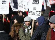 <p>Members of the Writer's Guild walk the picket line on 6th Avenue near the headquarters of HBO in New York, December 6, 2007. REUTERS/Brendan McDermid</p>