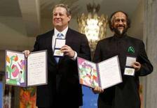 <p>Al Gore (a sinistra) e Rajendra Pachauri posano con i loro premi alla cerimonia del Nobel 2007 a Oslo. REUTERS/Bjorn Sigurdson/Scanpix Norway</p>