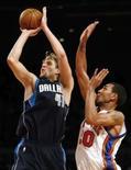 <p>Ala do Dallas Mavericks Dirk Nowitzki (esquerda) arremessa para converter dois de seus 36 pontos na vitória sobre o New York Knicks, na noite de segunda-feira. Photo by Mike Segar</p>