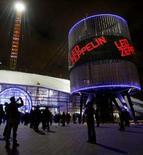 <p>Fãs chegam à casa de shows O2 Arena, antecedendo apresentação do conjunto Led Zeppelin no sudeste londrino. A banda britânica Led Zeppelin fez na segunda-feira um show eletrizante durante mais de duas horas, alimentando a nostalgia de 20 mil espectadores da Arena O2, em Londres, com 16 músicas. Photo by Toby Melville</p>