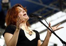 <p>Singer Rosanne Cash performs at the annual Newport Folk Festival in Newport, Rhode Island August 5, 2006. REUTERS/Brian Snyder</p>