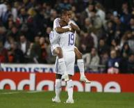 <p>Jogadores do Real Madrid Julio Baptista (19) e Robinho se abraçam após gol da equipe na vitória por 3 x 1 sobre a Lazio, na terça-feira, em Madri. Photo by Felix Ordonez</p>