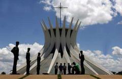 <p>Turistas tiram fotos da Catedral Metropolitana de Brasília, desenhada pelo arquiteto Oscar Niemeyer, que completa 100 anos no sábado (15). Photo by Jamil Bittar</p>