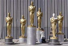 <p>Gayle Etcheverry works on Oscar statues which are being prepared for the 80th Academy Awards at a storage facility in Saugus, California October 10, 2007. Production designer Robert Boyle will receive an honorary Oscar during the Academy Awards ceremony on February 24, organizers said Wednesday. REUTERS/Phil McCarten</p>