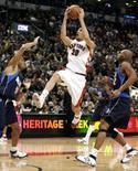 <p>Chris Bosh marcou 17 pontos e liderou o Toronto Raptors na quarta-feira, na terceira vitória consecutiva da equipe na NBA, por 92 a 76, sobre o Dallas Mavericks. Photo by Mike Cassese</p>