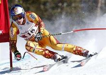 <p>Canada's Erik Guay skis past a gate during a training run for the men's World Cup downhill in Beaver Creek, Colorado, November 27, 2007. REUTERS/Mike Segar</p>