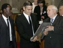 <p>Os atores norte-americanos George Clooney e Don Cheadle (esq) são premiados pelo ex-líder soviético Mikhail Gorbachev (dir), em Roma. Clooney Cheadle receberam um prêmio das mãos de ganhadores do Nobel por uma campanha para ajudar os moradores da região de Darfur, no Sudão. Photo by Dario Pignatelli</p>
