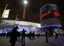 <p>Fans arrive at the O2 Arena venue in south east London, December 10, 2007. Hopes of a Led Zeppelin reunion tour faded on Friday when singer Robert Plant said he would tour with country singer Alison Krauss in May. REUTERS/Toby Melville</p>