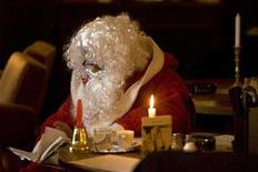 <p>A man dressed as Santa Claus waits for his turn at a casting session in Berlin, November 20, 2007. REUTERS/Tobias Schwarz</p>