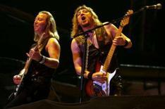 <p>Dave Murray e Adrian Smith, da banda de heavy metal 'Iron Maiden', durante apresentação na Índia, em imagem de arquivo. O Iron Maiden assinou um contrato internacional de gravação com a gravadora EMI, com a qual já trabalha há anos, dando a ela uma participação na receita dos turnês, produtos e patrocínios da banda. Photo by Jagadeesh Nv</p>