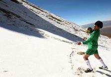 <p>O presidente boliviano Evo Morales controla a bola a uma altitude de 6 mil metros no pico Sajama, o mais alto na Bolívia, em imagem de arquivo.  A Fifa aprovou a proibição de partidas internacionais disputadas em estádios que estejam a mais de 2.750 metros de altitude caso não haja tempo para a aclimatação, em decisão tomada durante uma reunião do comitê executivo da entidade, neste sábado. Photo by Pool</p>