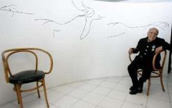 <p>Arquiteto brasileiro Oscar Niemeyer posa após receber medalha de amizade russa no Rio de Janeiro. O líder cubano Fidel Castro enviou uma mensagem parabenizando o amigo e arquiteto Oscar Niemeyer no dia do centésimo aniversário do brasileiro. Photo by Bruno Domingos</p>