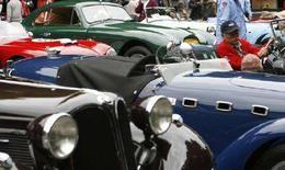<p>Участники автопробега ретро-автомобилей в Токио 13 октября 2007 года. Пожилой японец, едва не сбивший ребенка, признался, что вождение автомобиля для него - способ борьбы со старческой немощью. (REUTERS/Toru Hanai)</p>