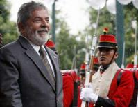 <p>O presidente Luis Inácio Lula da Silva (esq) passa pela guarda de honra em La Paz. Lula disse nesta segunda-feira que a não prorrogação da CPMF foi uma decisão democrática e voltou a negar que o governo tentará a criação de novo tributo como forma de compensar a falta do chamado 'imposto do cheque'. Photo by Mariana Bazo</p>