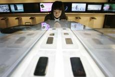 <p>O mercado celular do país fechou novembro com recorde de novas habilitações na comparação mês a mês, com crescimento de 1,42 por cento sobre outubro. Em 12 meses, a expansão da base de usuários de telefonia móvel no país foi de 19,5 por cento, segundo dados preliminares da Agência Nacional de Telecomunicações (Anatel). Photo by Han Jae-Ho</p>