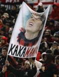 <p>Torcedores seguram bandeira mostrando Kaká durante Mundial de Clubes, em Yokohama. Veja dados sobre a carreira do meia-atacante da seleção brasileira e do Milan, eleito nesta segunda-feira pela Fifa o melhor jogador do mundo em 2007. Photo by Toru Hanai</p>