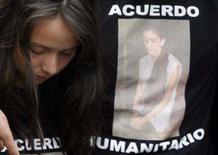 <p>Mulher colombiana comparece a protesto contra sequestros realizados pelas Farc, na Colômbia. As Forças Armadas Revolucionárias da Colômbia (Farc) anunciaram que irão libertar três reféns para o presidente venezuelano, Hugo Chávez, informou um comunicado obtido pela agência de notícias cubana Prensa Latina nesta terça-feira. Photo by Daniel Munoz</p>