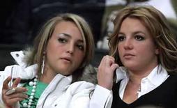 <p>Foto de archivo de Jamie Lynn Spears y su hermana Britney Spears viendo un partido de baloncesto de la NBA en Los Angeles (imagen de archivo). La hermana de 16 años de Britney Spears, quien interpreta a una escolar en el popular programa de televisión 'Zoey 101' de Nickelodeon, está embarazada. Photo by Lucy Nicholson/Reuters</p>