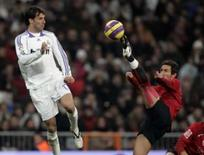 <p>Atacante do Real Madrid Ruud van Nistelrooy diante do goleiro do Osasuna Hugo Viana durante partida do Campeonato Espanhol, no fim de semana. Photo by Paul Hanna</p>