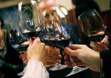 <p>Un brindisi con del vino rosso. REUTERS/Mike Segar</p>