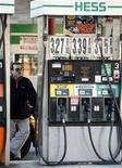 <p>A man pumps gas on Manhattan's West Side as oil retreated from a record $98.62 a barrel in New York, November 7, 2007. REUTERS/Chip East</p>