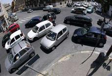 <p>Alcune auto ad un incorcio di Roma. REUTERS/Alessandro Bianchi (ITALY)</p>
