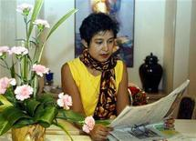 <p>Exiled Bangladeshi author Taslima Nasreen reads a newspaper in a hotel in the eastern Indian city of Calcutta January 20, 2004. Nasreen said on Thursday that New Delhi was forcing her to live under virtual house arrest, and appealed for more freedom. REUTERS/Jayanta Shaw</p>
