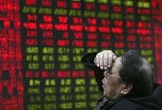 <p>As bolsas de valores da Ásia caíram nesta quinta-feira, abatidas mais uma vez por persistentes temores de que a crise mundial de crédito reduza o crescimento econômico. Photo by Stringer Shanghai</p>