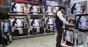 <p>Televisori a cristalli liquidi in un negozio a Tokyo. REUTERS/Toru Hanai</p>