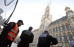 <p>Polícia belga vigia Grande Praça de Bruxelas, na Bélgica. A Bélgica prendeu 14 pessoas e aumentou a segurança no país nesta sexta-feira após frustrar um plano para libertar da prisão um suspeito de ser da Al Qaeda preso em setembro de 2001 por planejar ataques contra os Estados Unidos. Photo by Stringer</p>